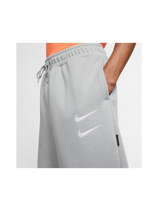 Nike - Swoosh French Terry -collegeshortsit - 073 PARTICLE GREY/WHITE | Stockmann - photo 7