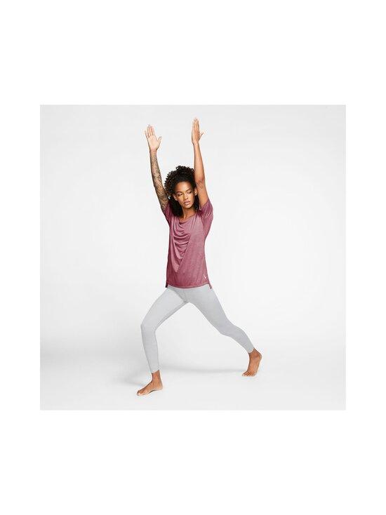 Nike - Yoga Dry Layer SS Top -paita - 614 DESERT BERRY/HTR/LT ARCTIC PINK | Stockmann - photo 5