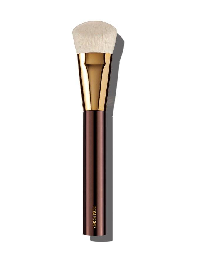 Shade And Illuminate Foundation Brush -meikkivoidesivellin